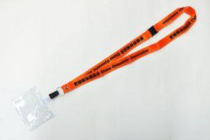 体操協会で使用するためのオレンジ色のオリジナルネックストラップ