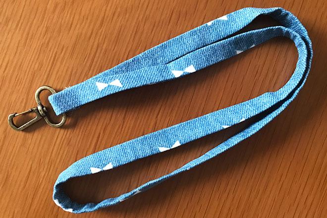 縫わずに簡単!手作りネックストラップの作り方