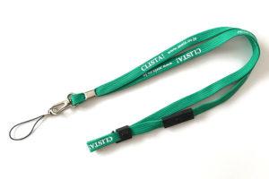企業のカラーテイストに合わせた緑色のネックストラップ